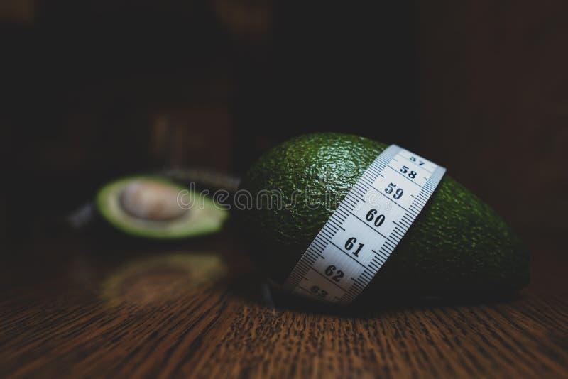 Avocado avec Tailor Ruler Alimentation écologique saine photo libre de droits