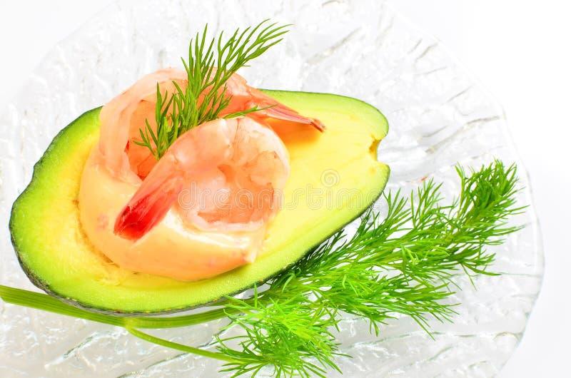 Avocado die met garnalen wordt gevuld royalty-vrije stock afbeeldingen
