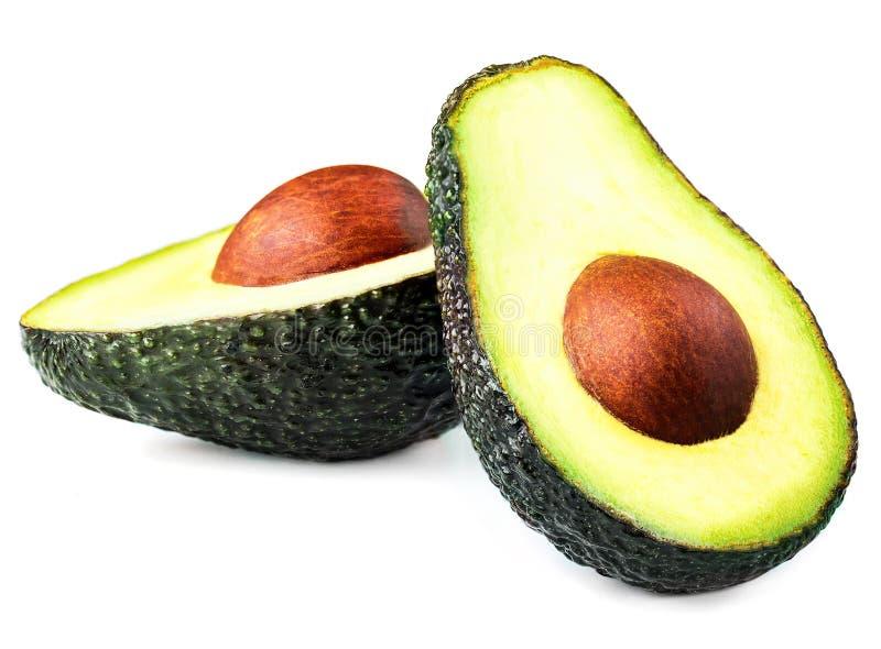 Avocado die op witte achtergrond wordt geïsoleerd Twee gehalveerde Zwarte Avocado H stock afbeeldingen