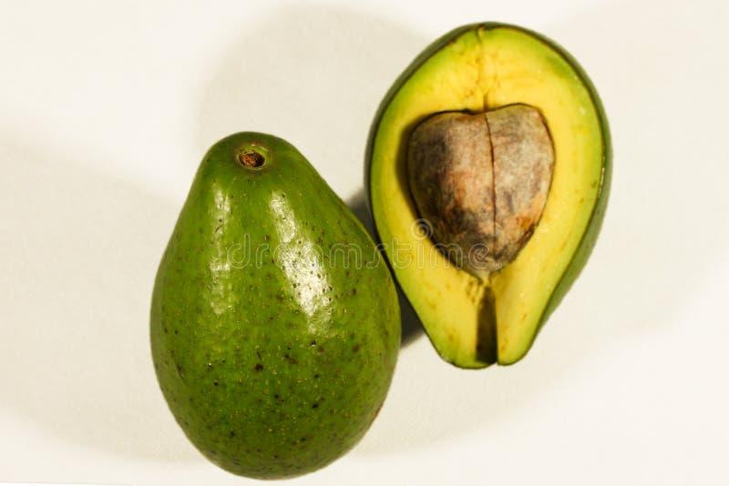Avocado die op witte achtergrond wordt ge?soleerd stock fotografie