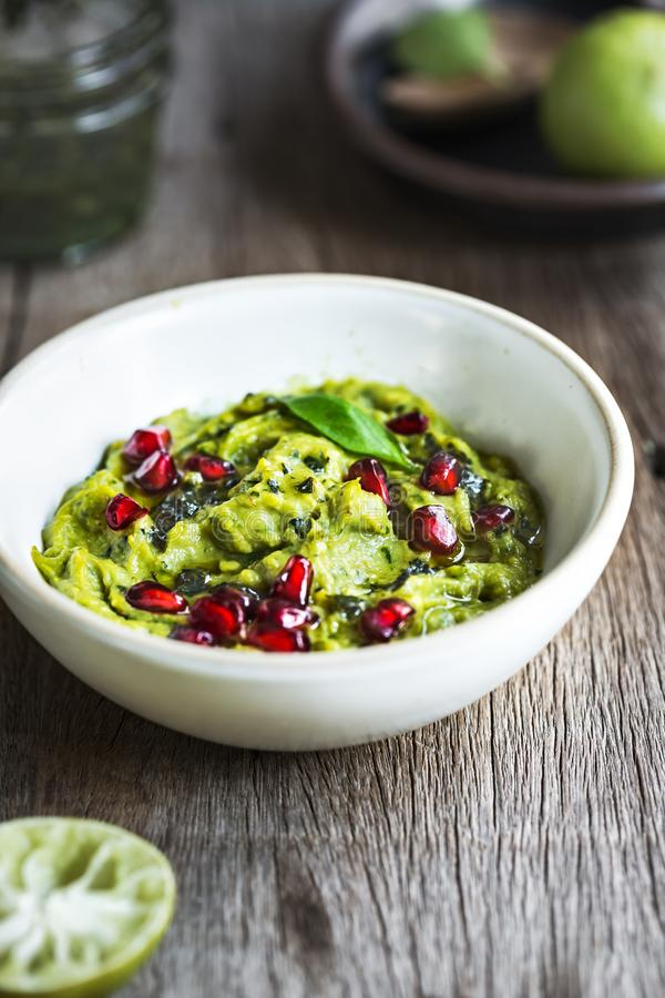 Avocado dip met de topping van Basil Olive en Pomegranate royalty-vrije stock afbeelding