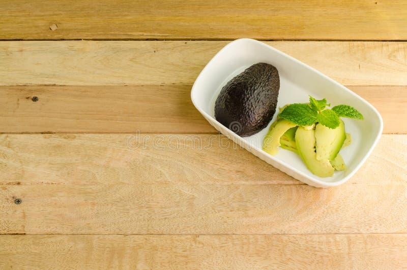 Avocado ed avocado affettato fotografie stock