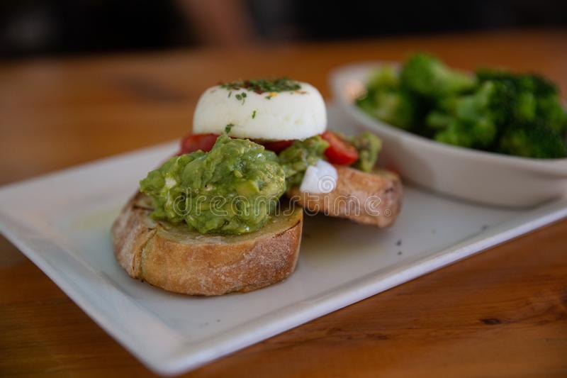 Avocado-Ei-Openfaced Sandwich lizenzfreie stockfotografie