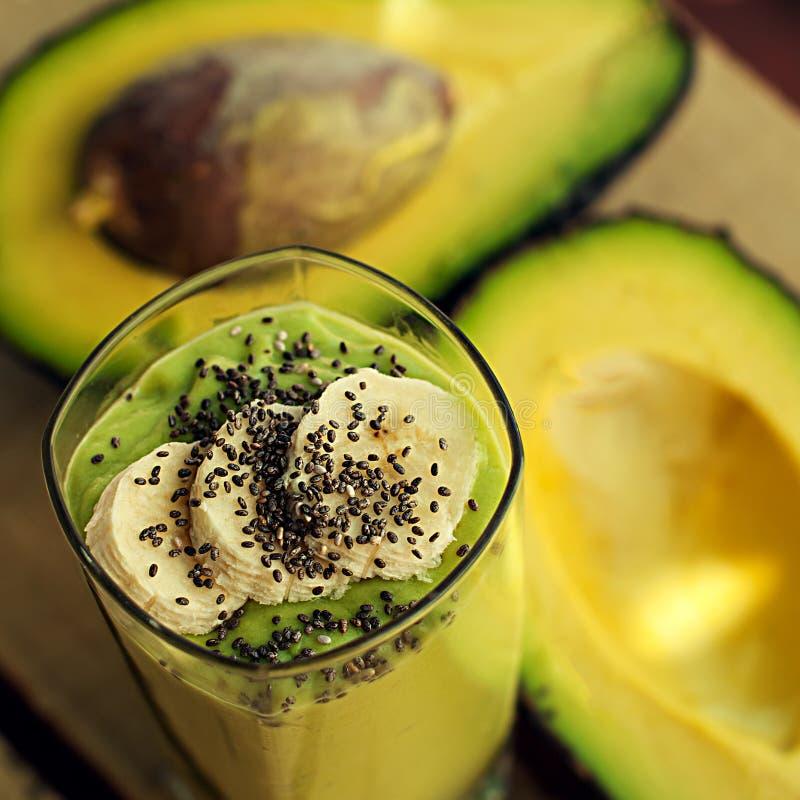 Avocado en banaan smoothie met chiaclose-up stock afbeelding