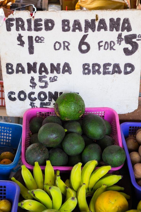 Avocado en Bananen bij Landbouwersmarkt in Hawaï stock afbeeldingen