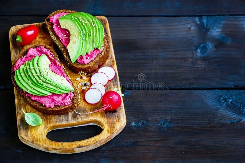 Avocado en bietensandwiches stock afbeeldingen