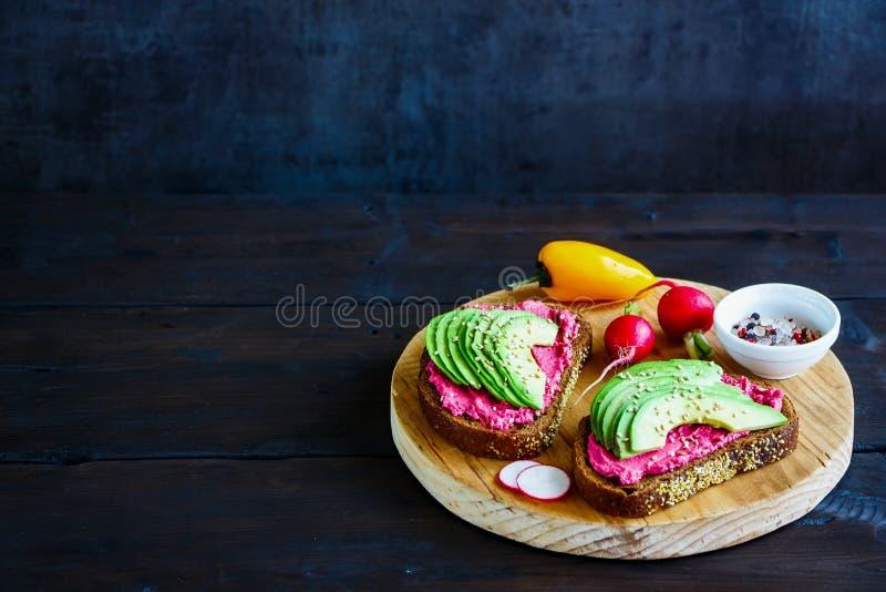 Avocado en bietensandwiches royalty-vrije stock foto