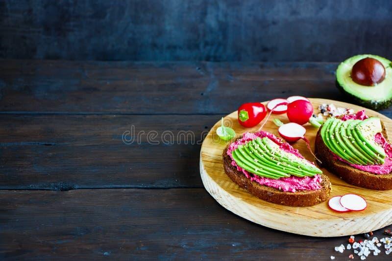 Avocado en bietensandwiches stock afbeelding