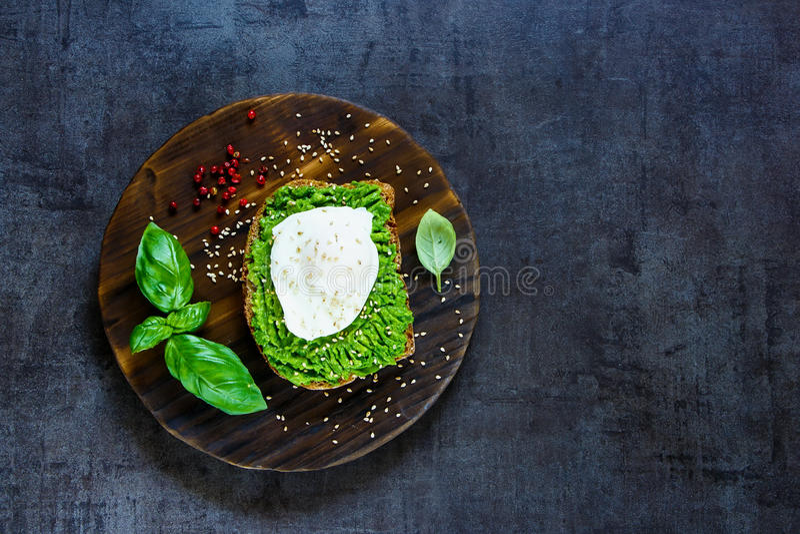Avocado en gestroopte eisandwich royalty-vrije stock fotografie