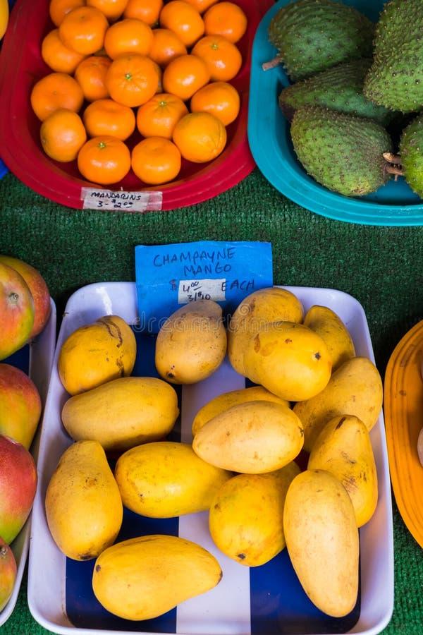 Avocado en Mango bij Landbouwersmarkt in Hawaï stock afbeelding