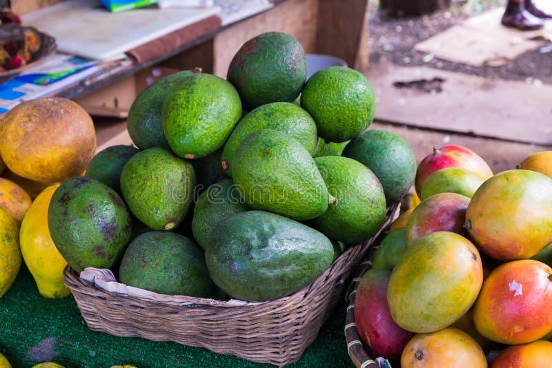 Avocado en Mango bij Landbouwersmarkt in Hawaï stock foto