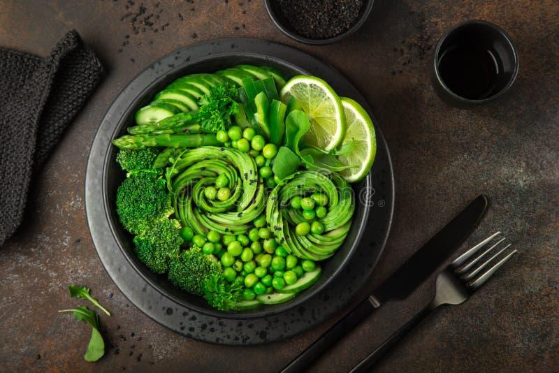 Avocado, Gurke, Brokkoli, Spargel und Edelwickesalat, fre lizenzfreies stockfoto