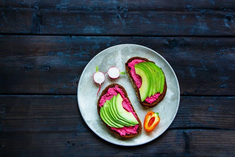 Avocado i buraka kanapki obrazy stock