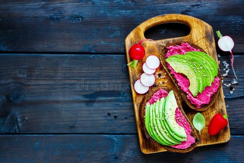 Avocado i buraka kanapki obraz stock