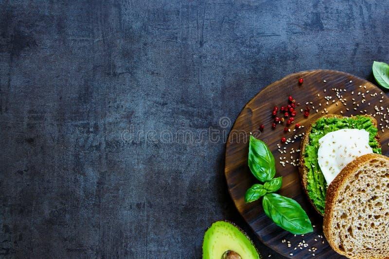 Avocado i kłusująca jajeczna kanapka zdjęcie royalty free