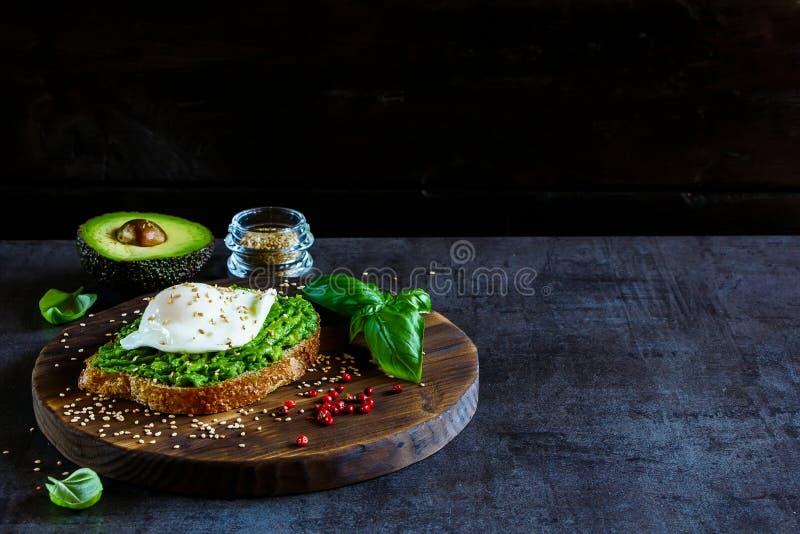 Avocado i kłusująca jajeczna kanapka zdjęcia stock