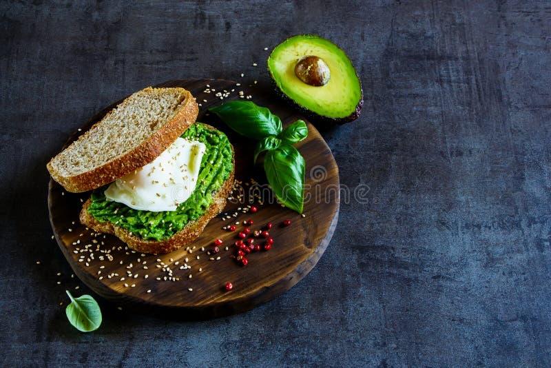 Avocado i kłusująca jajeczna kanapka fotografia royalty free