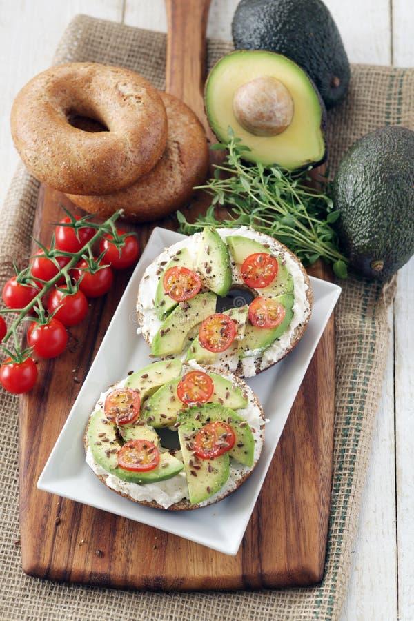 Avocado i kremowego sera bagels obraz stock