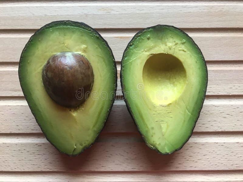 avocado na drewnianym tle zdjęcia stock