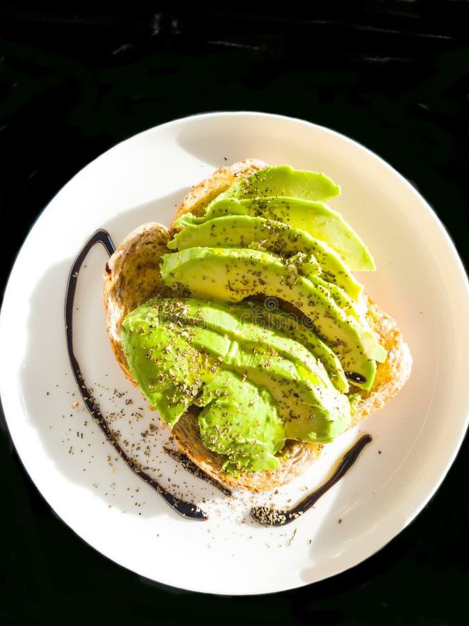Avocado na grzance przygotowywającej jeść obrazy royalty free