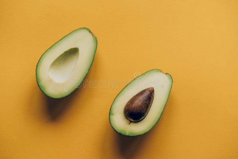 avocado przekrawa dwa zdjęcie stock