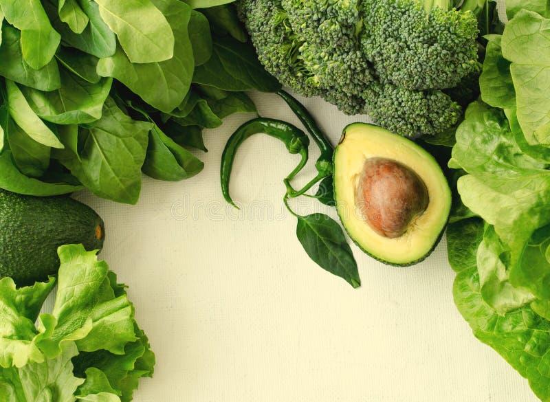 Avocado, sałatka, brokuły, szpinak i pieprz na białym tle, Zdrowy karmowy pojęcie z świeżą asortowaną zielenią obraz stock