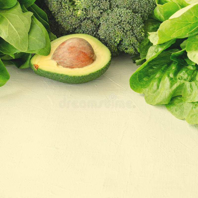 Avocado, sałatka, brokuły, szpinak i sałata na białym tle, Zdrowy karmowy pojęcie z świeżą asortowaną zielenią obrazy stock