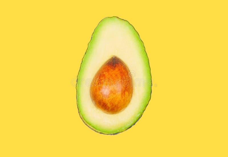 Avocado schweben in einer Luft auf gelbem Pastellhintergrund frei Konzept der Gem?selevitation stockfotografie