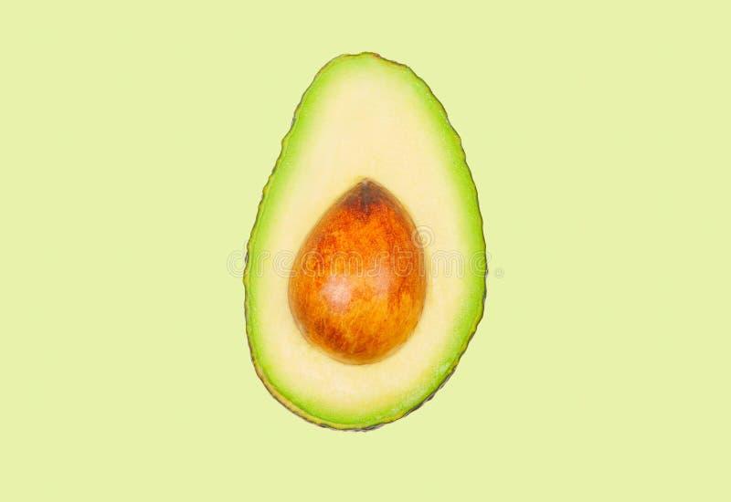 Avocado schweben in einer Luft auf grünem Pastellhintergrund frei Konzept der Gem?selevitation lizenzfreies stockfoto
