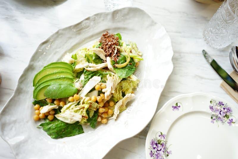 Avocado'ssalade in witte schijf klaar aan searve stock fotografie