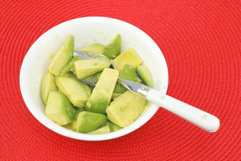 Avocado-Stücke mit Limettensaft stockbild