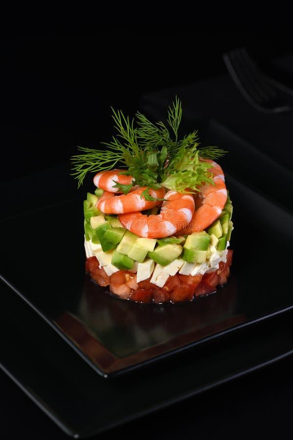 Avocado tartaro e gamberetto immagine stock