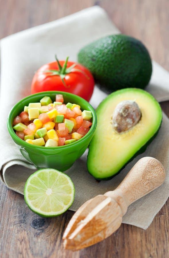 Avocado, Tomate, Mangofruchtsalat stockfoto