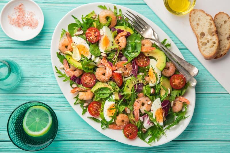 Avocado, tomaten, eieren en garnalensalade stock afbeeldingen