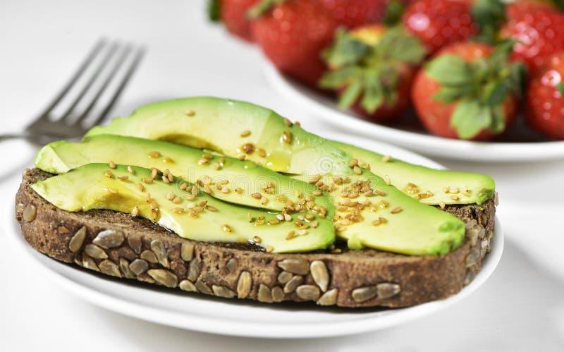 Avocado truskawki i grzanka obraz royalty free