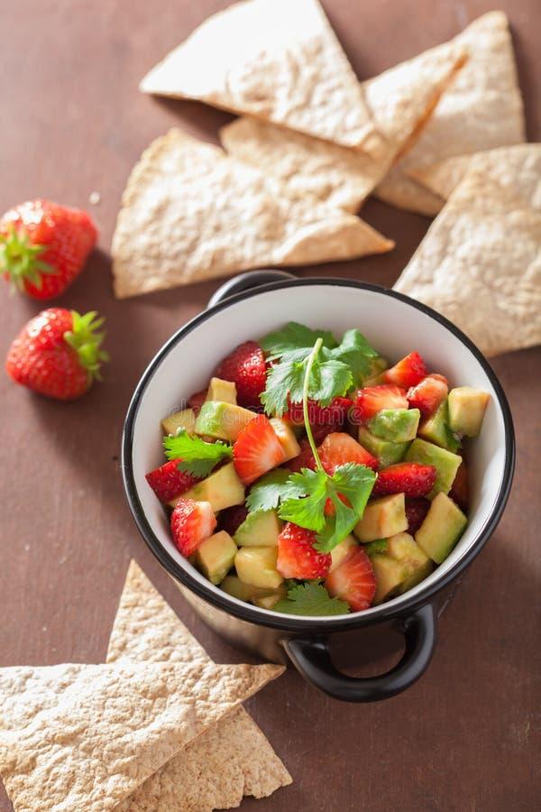 Avocado truskawkowy salsa z tortilla układami scalonymi fotografia royalty free