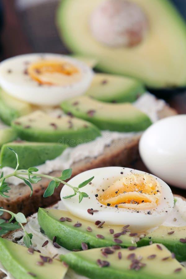 Avocado und gekochte Eier lizenzfreie stockfotos