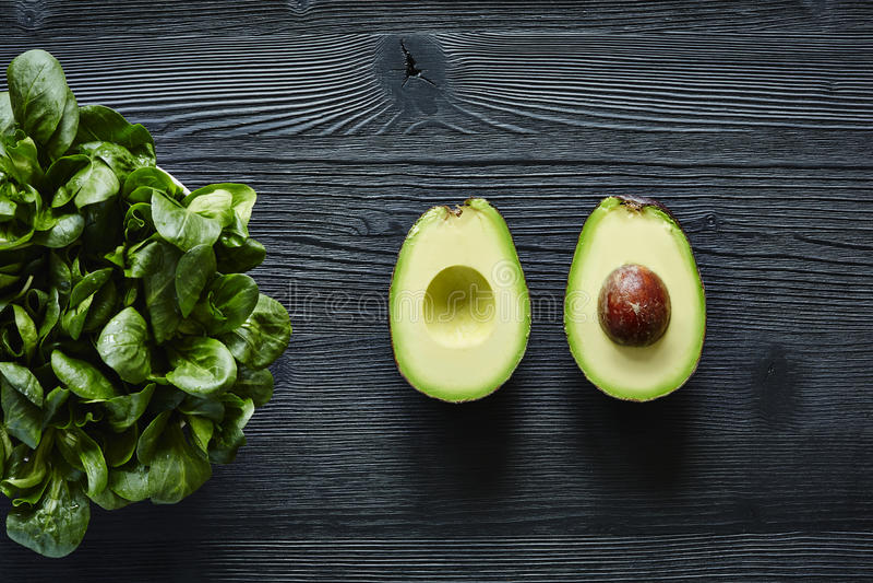 Avocado und Salatgrün und -graphik stockbild