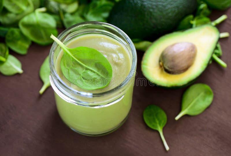 Avocado und Spinat Smoothies lizenzfreie stockbilder