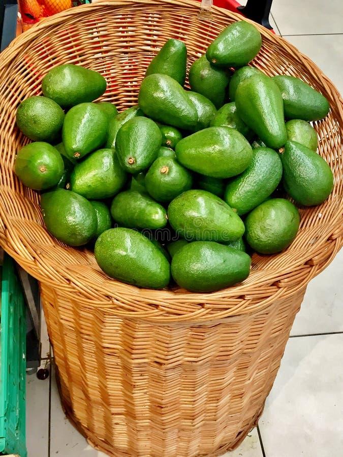 Avocado verde maturo in un primo piano del canestro fotografie stock libere da diritti