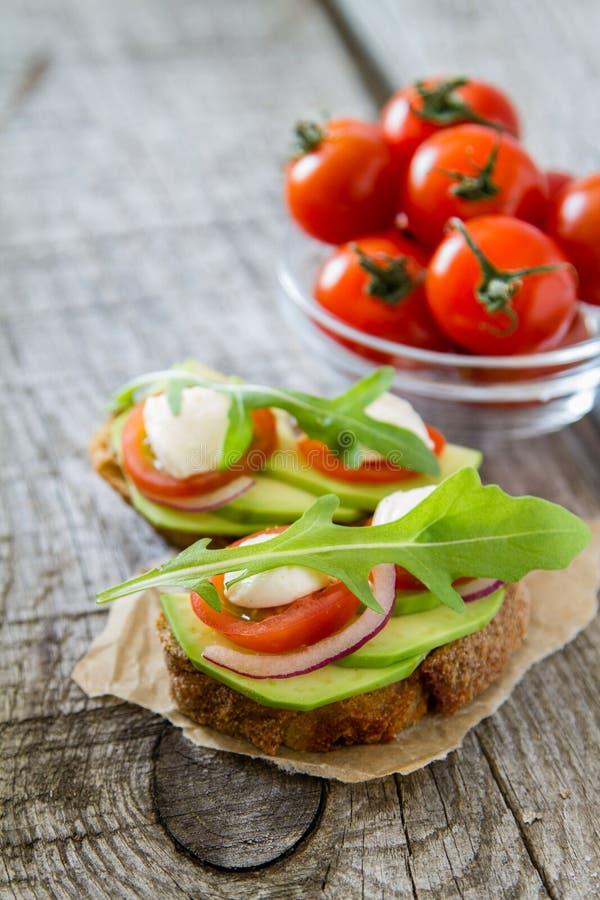 Avocadomozarella en tomatenbruscetta royalty-vrije stock afbeelding
