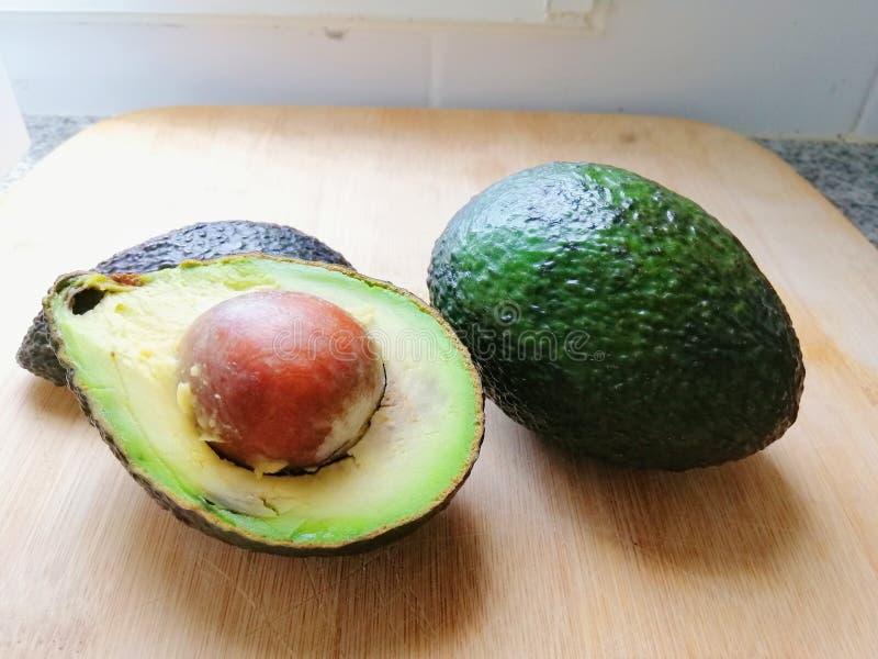 Avocados na ciapanie desce fotografia royalty free