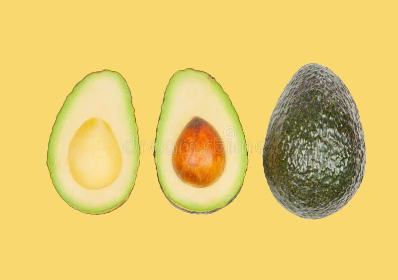 Avocados schweben in einer Luft auf gelbem Pastellhintergrund frei Konzept der Gem?selevitation stockfotos