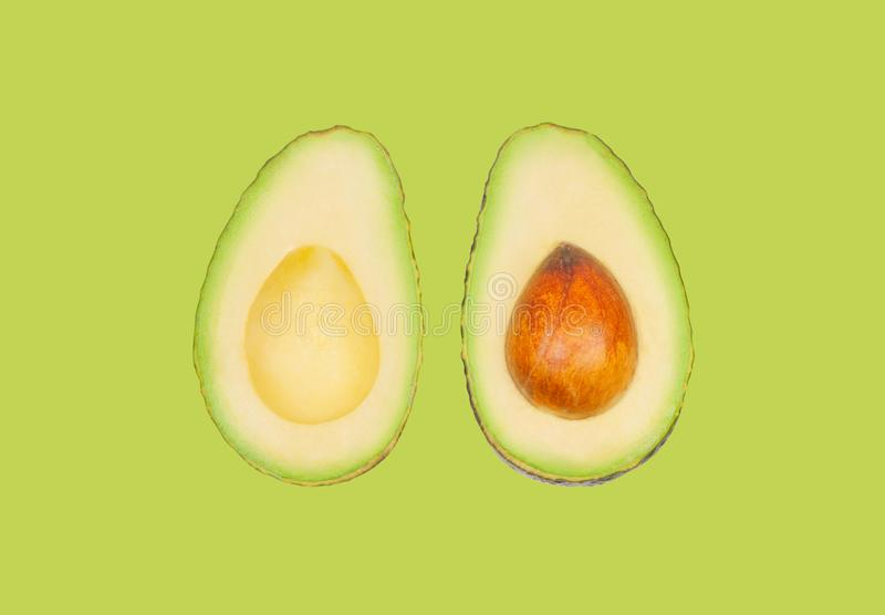 Avocados schweben in einer Luft auf grünem Pastellhintergrund frei Konzept der Gem?selevitation stockbilder
