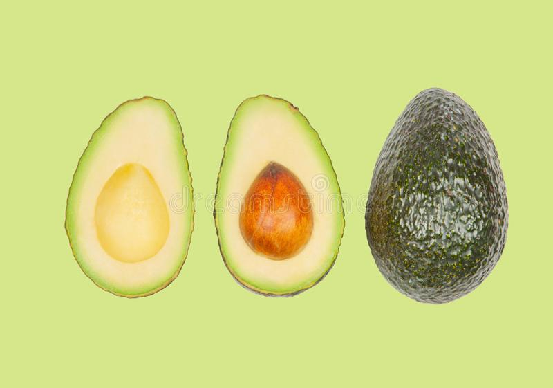 Avocados schweben in einer Luft auf gr?nem Pastellhintergrund frei Konzept der Gem?selevitation lizenzfreies stockfoto