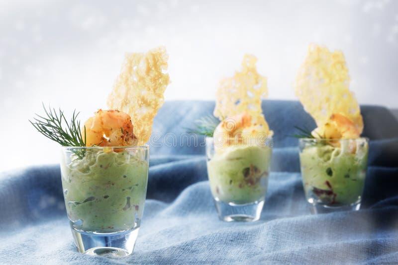 Avocadosahneguacamole mit Tigergarnelengarnelen und klaren chees lizenzfreies stockfoto