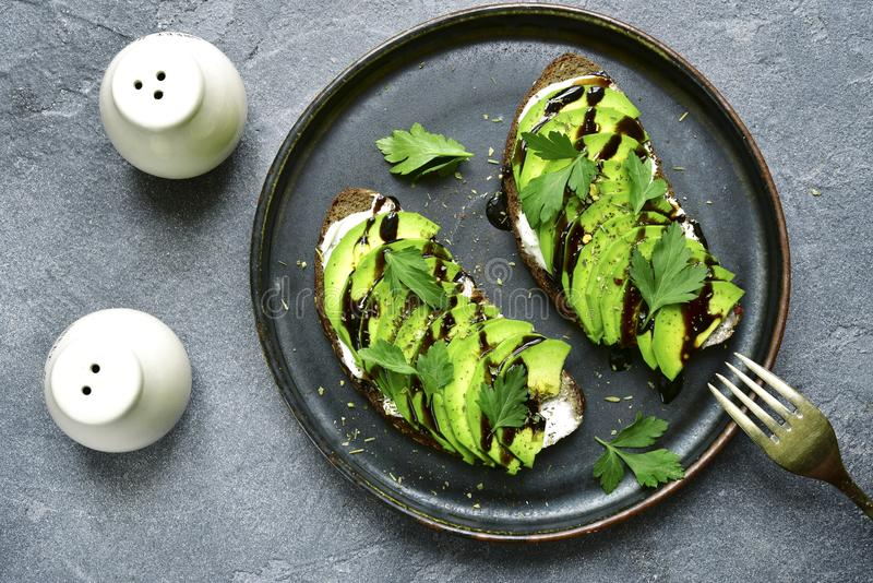 Avocadotoast mit Weichkäse und Grüns Draufsicht mit Kopien-SP lizenzfreie stockbilder