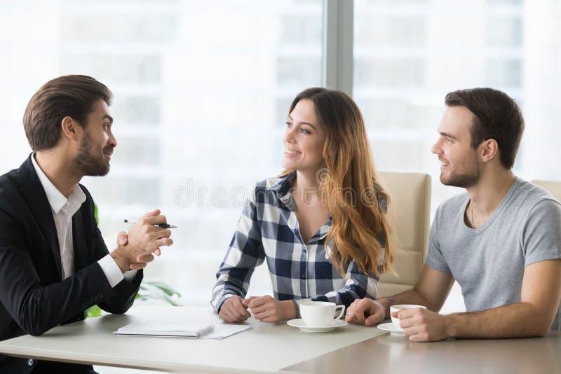 Avocat, assureur ou vendeur consultant les couples millénaires heureux faisant la proposition photo stock
