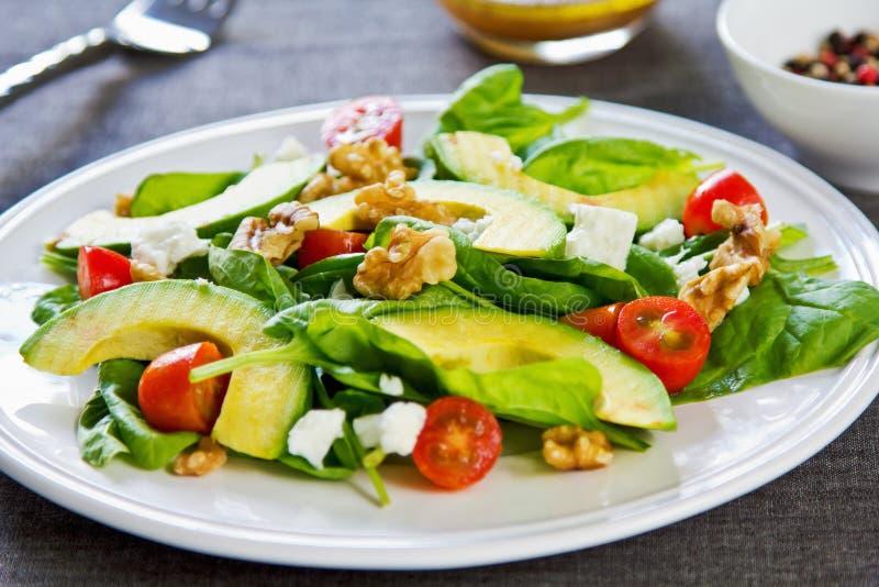 Avocat avec de la salade d'épinards et de feta images libres de droits