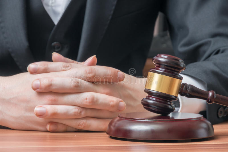 Avocat avec le marteau de vente aux enchères Justice et concept de législation photo stock